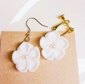 真っ白お花のピアス・イヤリング01
